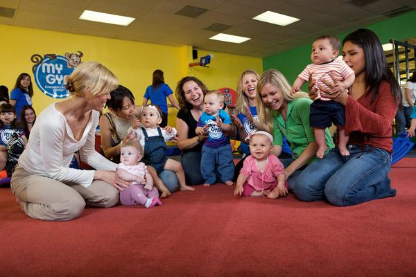 My Gym Little Bundles Dersindeki Anneler ve Çocukları