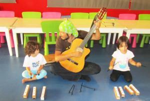 My Gym'de Çocuklar Gitara Enstrüman ile Eşlik Etmeye Çalışırken